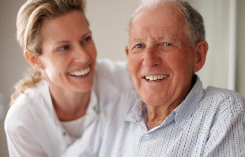 מהו הקשר בין מצבו המשפחתי של ההורה לבחירה בדיור מוגן או בית אבות?